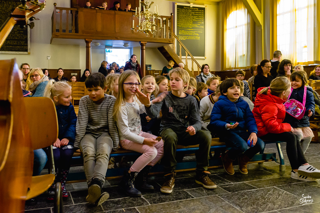 Binnenkomst Concert in Tienhoven fotograferen, documentaire reportage fotografie, foto door Sandra Stokmans Fotografie