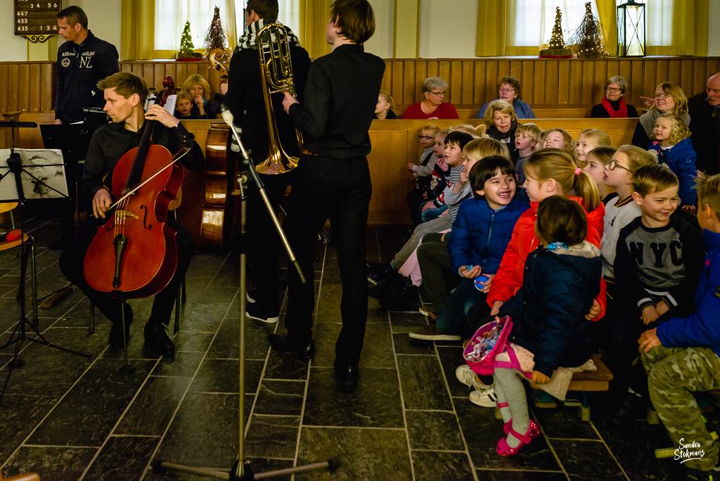 Binnenkomst musici Ridderkerks Symfonieorkest, Concert in Tienhoven fotograferen, documentaire reportage fotografie, foto door Sandra Stokmans Fotografie