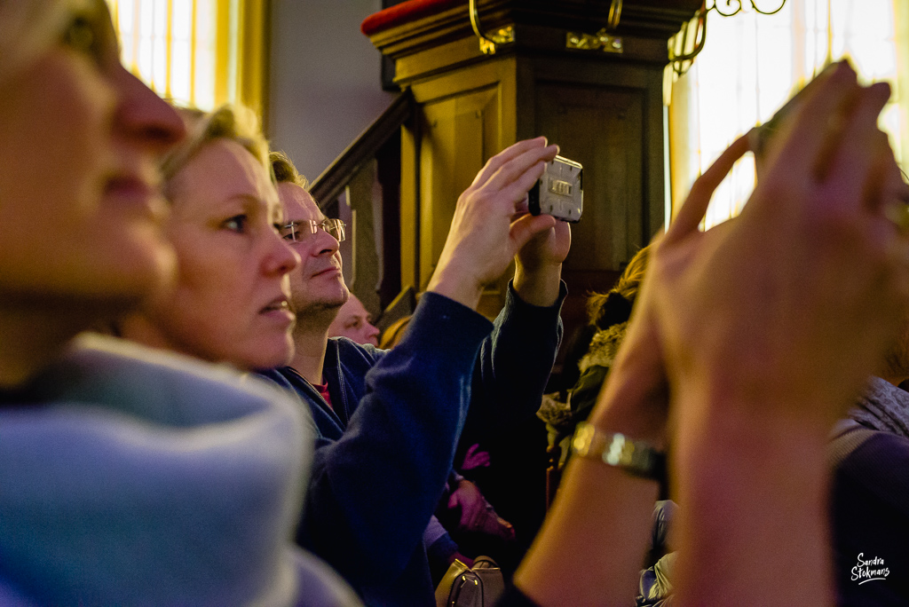 Publiek maakt foto's, Concert in Tienhoven fotograferen, documentaire reportage fotografie, foto door Sandra Stokmans Fotografie