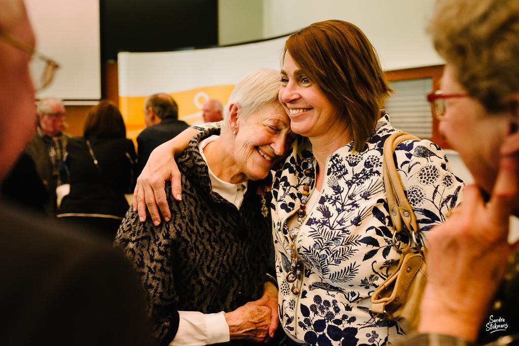 Moeder en dochter tijdens bijzondere gebeurtenis fotograferen, documentaire reportage in Bilthoven, foto door Sandra Stokmans Fotografie