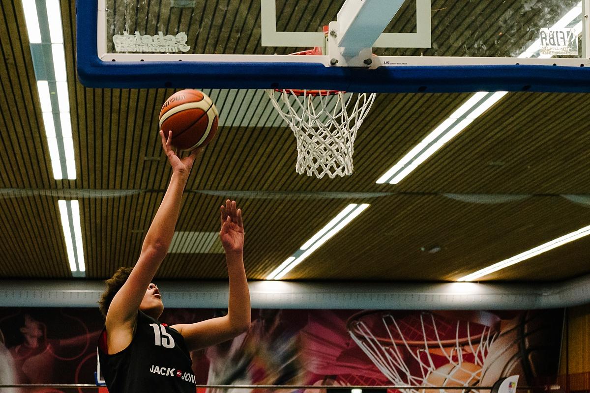 Gezinsfotografie, Day in the Life in Assen, basketballen, foto door Sandra Stokmans Fotografie