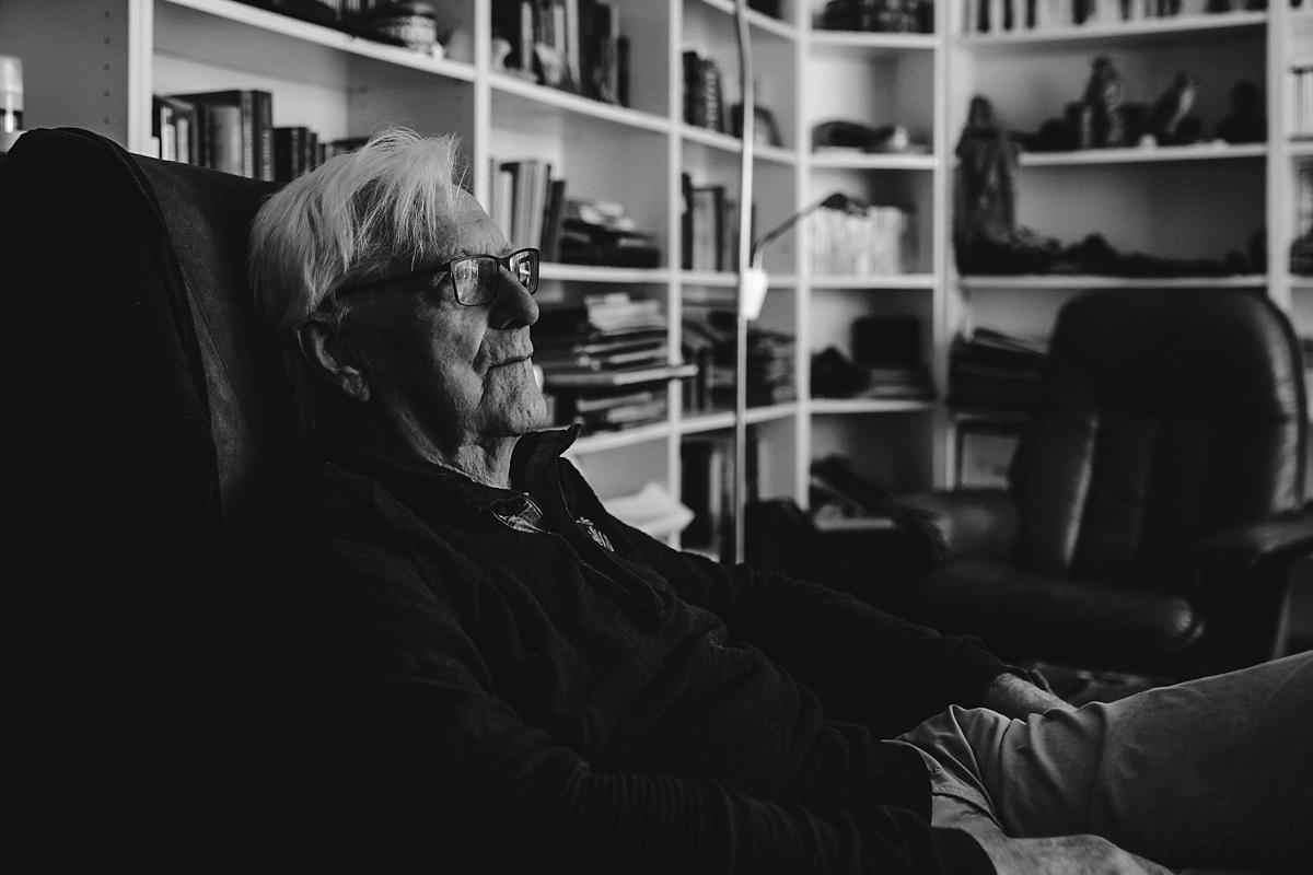 Gezinsfotografie, Day in the Life in Assen, documentair portret Opa, foto door Sandra Stokmans Fotografie