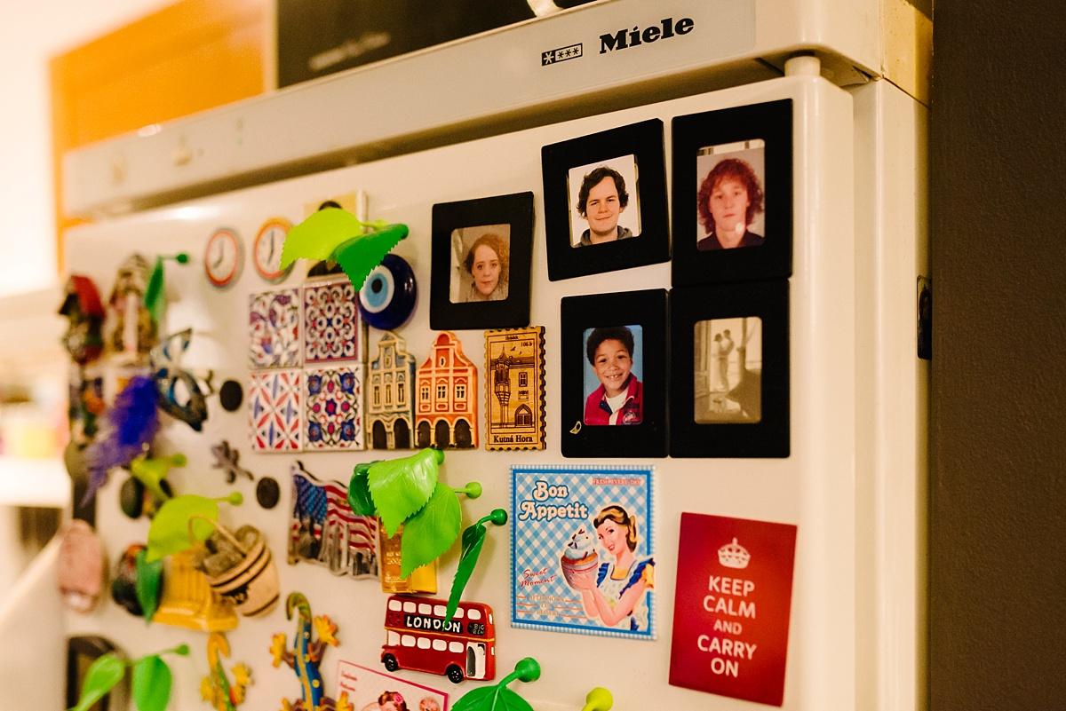Gezinsfotografie, Day in the Life in Assen, foto's op koelkast, foto door Sandra Stokmans Fotografie