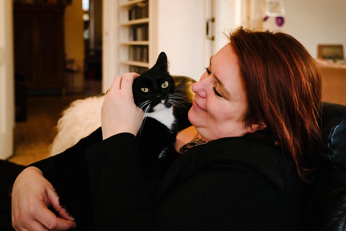 Gezinsfotografie, Day in the Life in Assen, knuffelen met kat, foto door Sandra Stokmans Fotografie