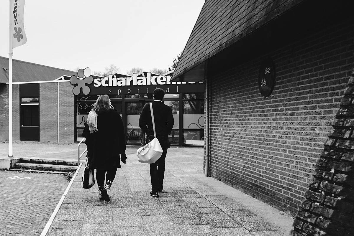 Gezinsfotografie, Day in the Life in Assen, op weg naar sportzaal, foto door Sandra Stokmans Fotografie