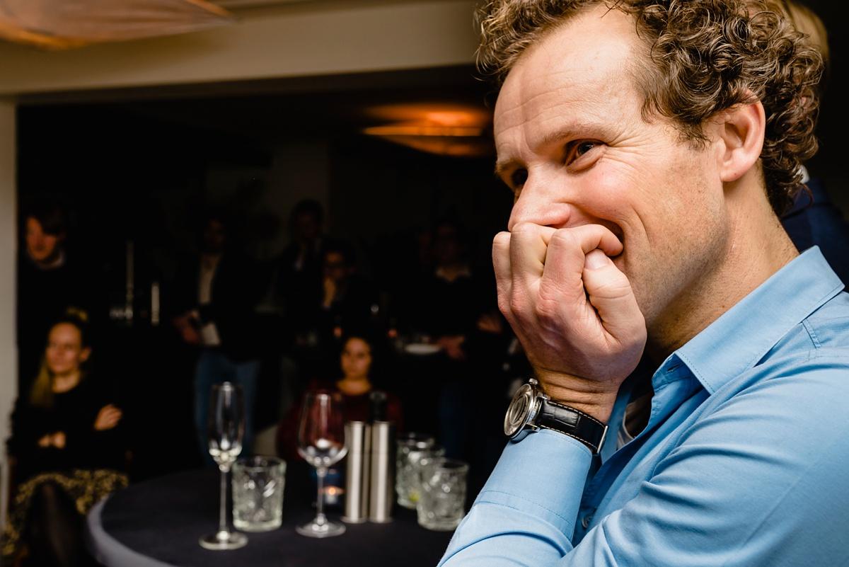 Luisteren naar verhaal Kim Lammers, Evenement fotografie voor MHV Business Club, foto door Sandra Stokmans Fotografie