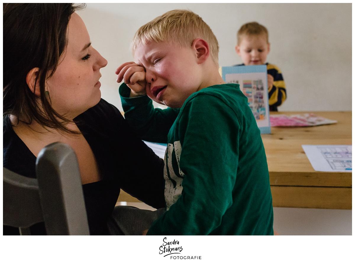 Project Hartekind door Sandra Stokmans Fotografie, documentaire familie fotografie, verdrietig jongetje