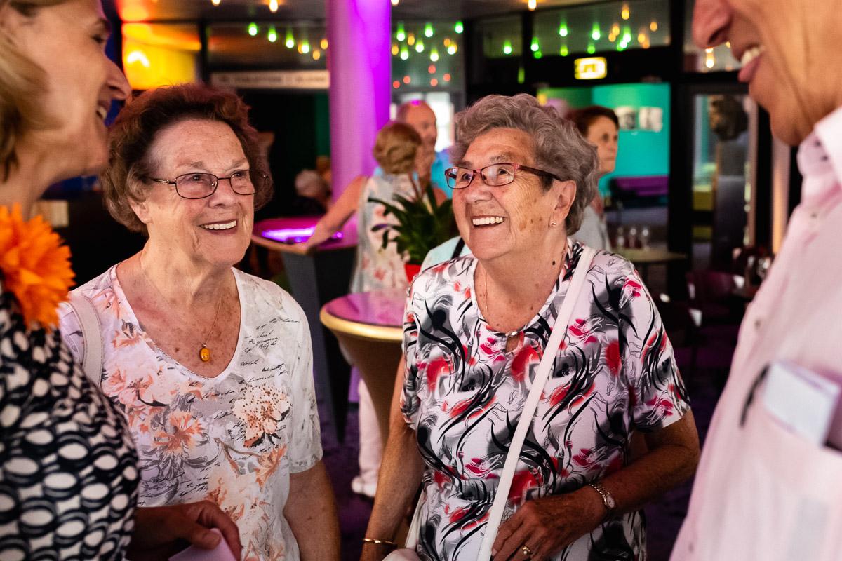 Blije gasten voorstelling Stichting Vier het Leven, evenement fotografie door Sandra Stokmans Fotografie