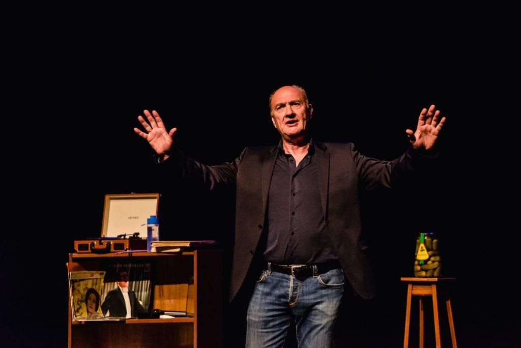 Henk Poort in zijn matineevoorstelling in de De Goudse Schouwburg voor Stichting Vier het Leven, foto Sandra Stokmans Fotografie