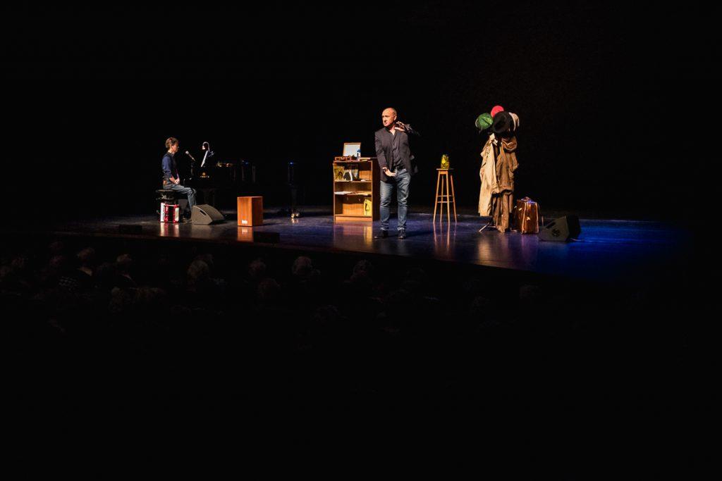 Henk van Poort met zijn voorstelling tijdens een activiteit van Stichting Vier het Leven