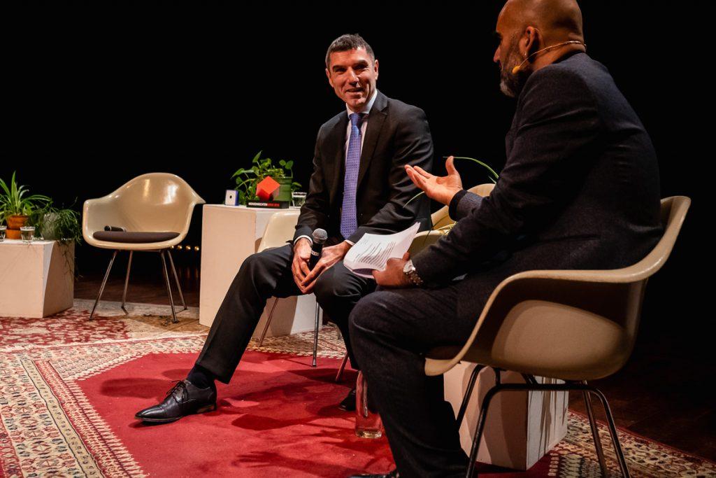 Staatsscretaris Paul Blokhuis in gesprek tijdens het MensenrechtenMens 2018 evenement in Utrecht met evenement fotograaf Sandra Stokmans