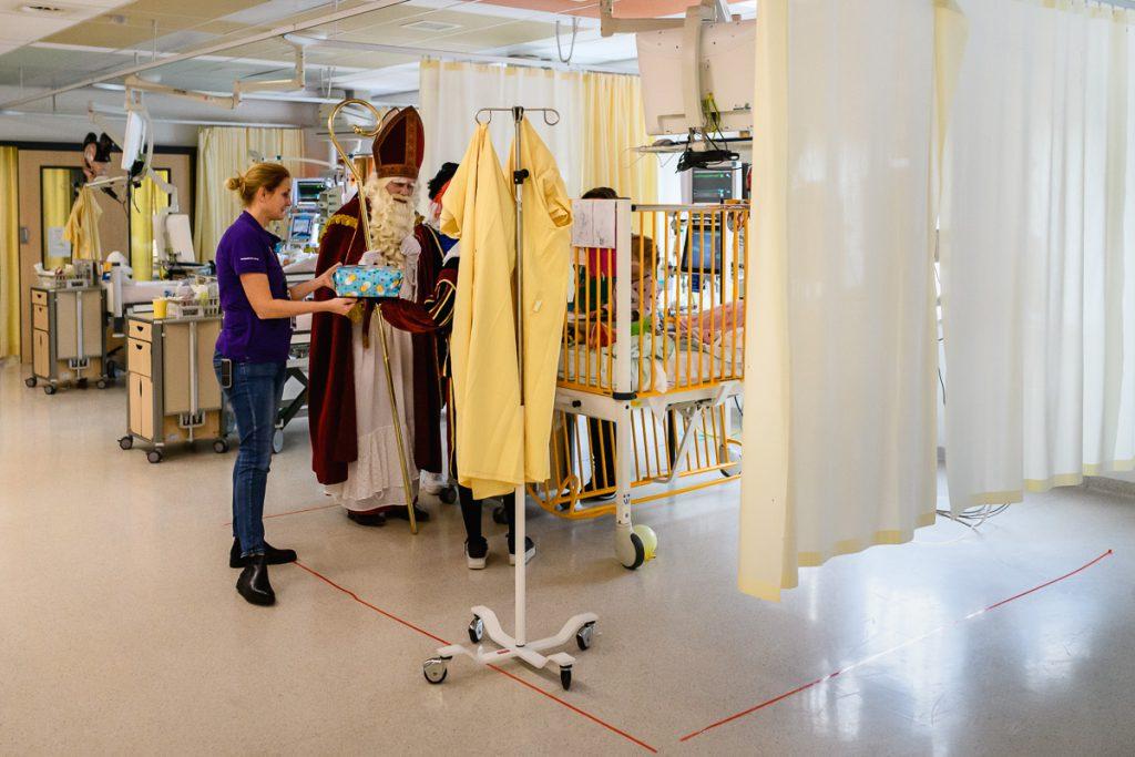 Ziekenhuisreportage, Sinterklaas op bezoek IC WKZ Utrecht, foto Sandra Stokmans Fotografie