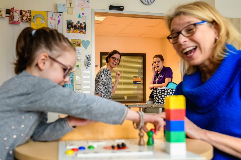 Ziekenhuisreportage bij Wilhelmina Kinderziekenhuis in Utrecht, Pedagogische zorg en leraar aan het werk, foto door Sandra Stokmans Fotografie