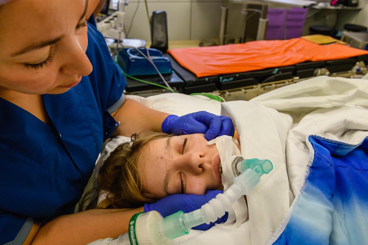 Ziekenhuisreportage-zorgfotografie-anesthesioloog-anesthesist-aan-het-werk-Academisch Ziekenhuis-Rotterdam-Sandra-Stokmans-Fotografie__SSF7370