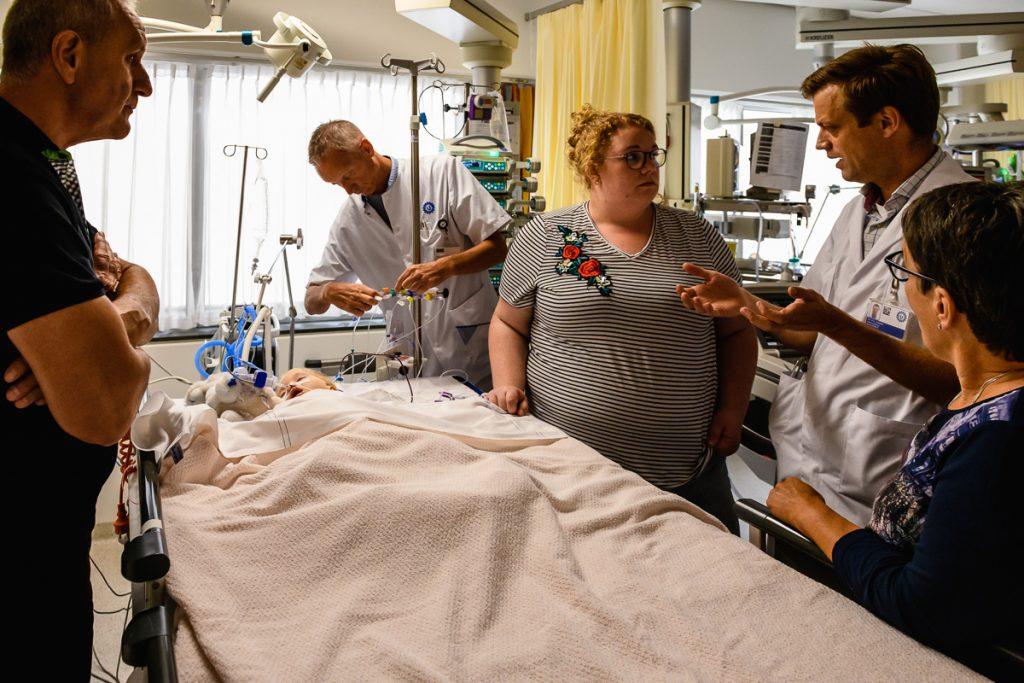 Ziekenhuisreportage, zorgfotografie, Kindercardioloog komt de ouders inlichten hoe de openhartoperatie gegaan is, WKZ in Utrecht, foto door Sandra Stokmans Fotografie