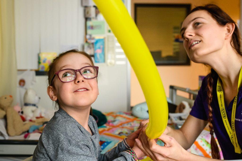 Ziekenhuisreportage, zorgfotografie, pedagogische zorgmedewerker aan het werk in het WKZ Utrecht, foto door Sandra Stokmans Fotografie