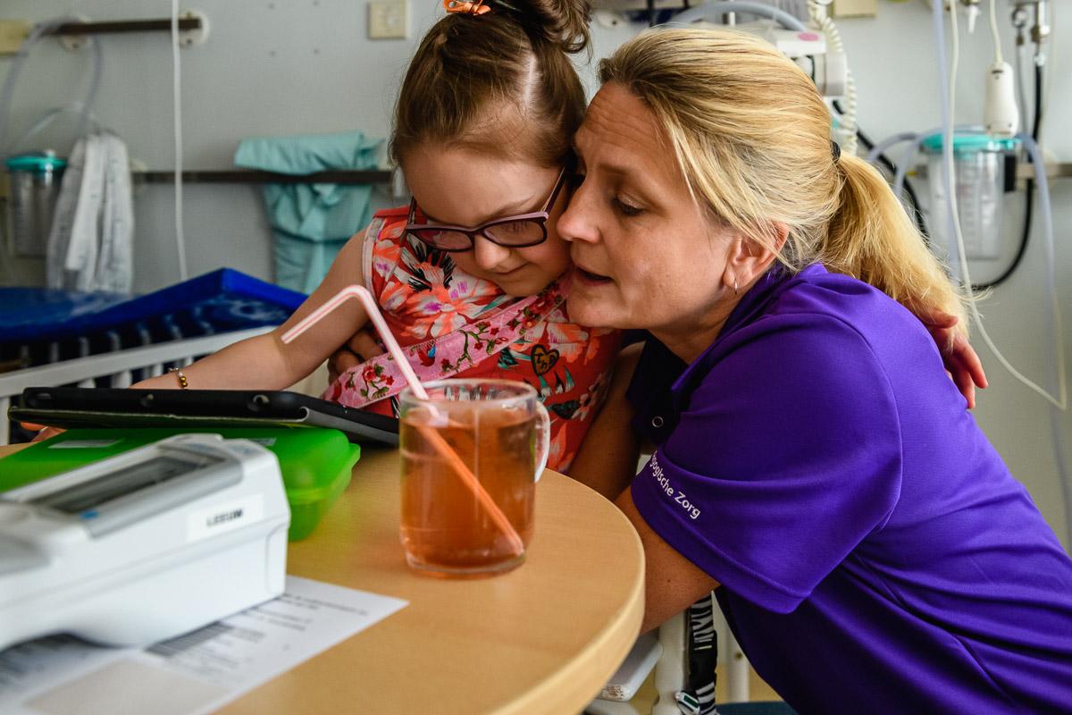 Tijdens een ziekenhuisreportage in het WKZ, Wilhelmina Kinderziekenhuis in Utrecht, een medisch pedagogisch zorgverlener aan het werk tijdens een Day in the Hospital door Sandra Stokmans Fotografie