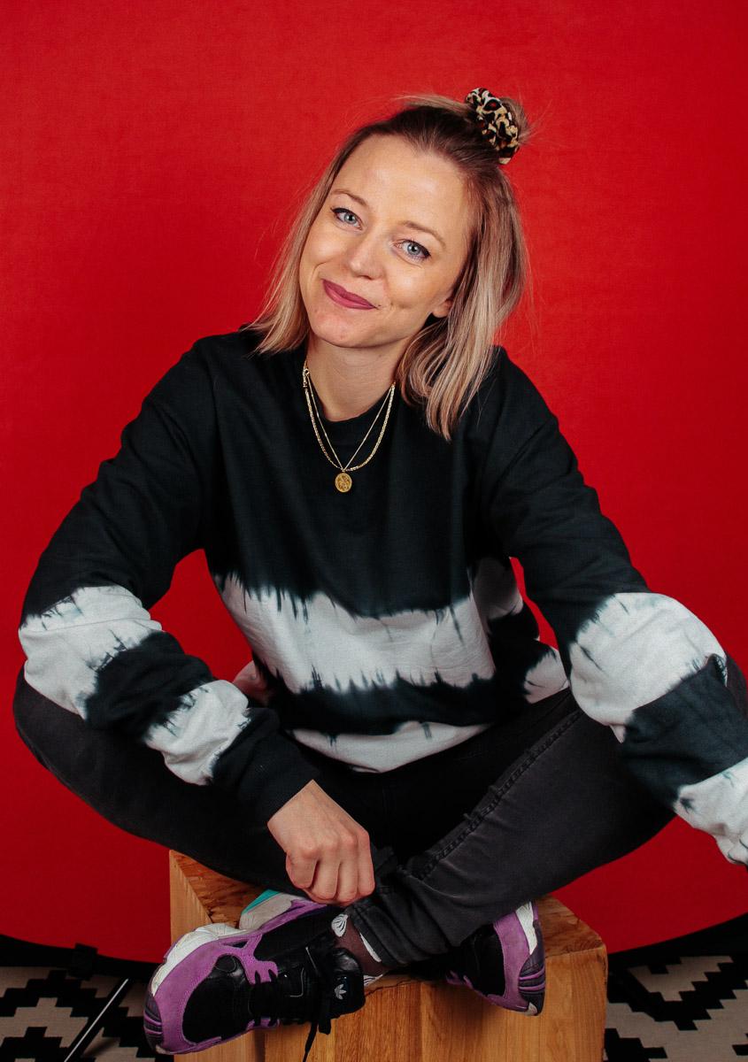 portret-fotografie-zakelijke-foto-Sandra-Stokmans-fotografie-Maarssen-Utrecht-Amsterdam-achtergrond-rood